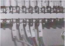 将高速卷门电机马达电源线连接到电控箱接线端子